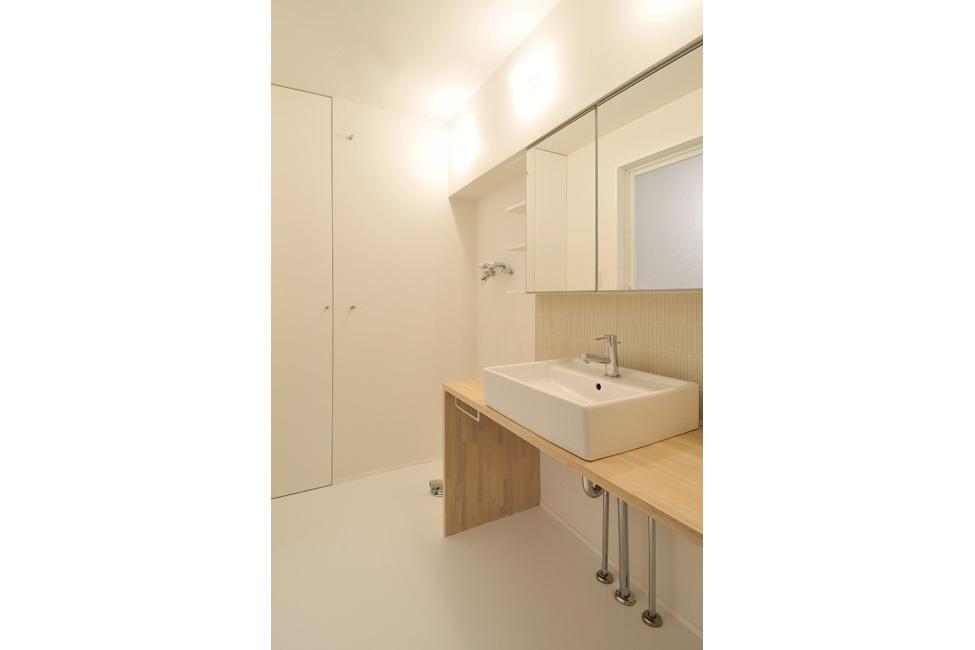 造作の洗面台にIKEAの鏡付収納を組み合わせる