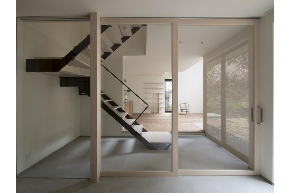 ガラス扉で玄関とリビングを区分ける